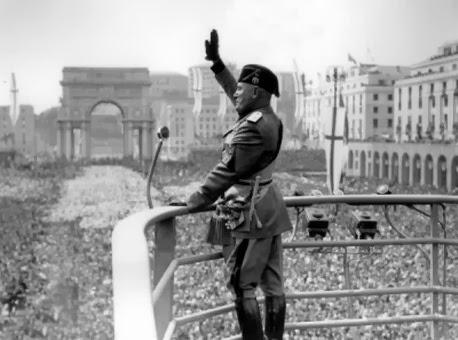 1 - Benito Mussolini - Saludo facista